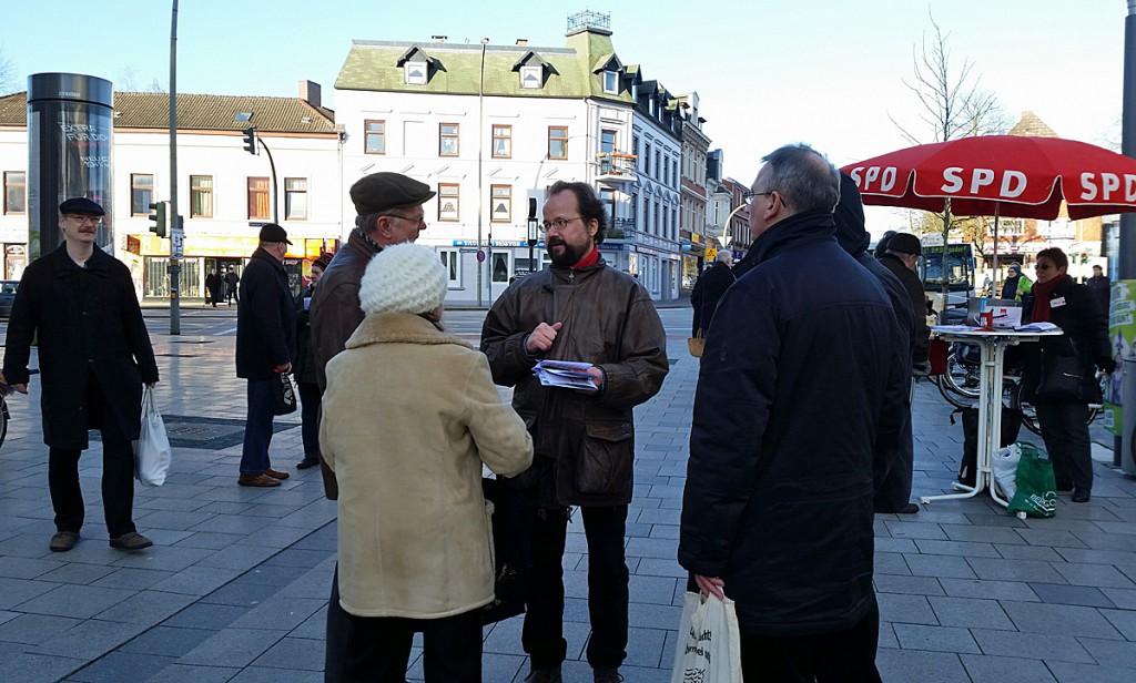 Michael Schütze (Mitte) im Gespräch mit Bürgern beim Infostand der SPD Lohbrügge; Photo: Simone Gündüz