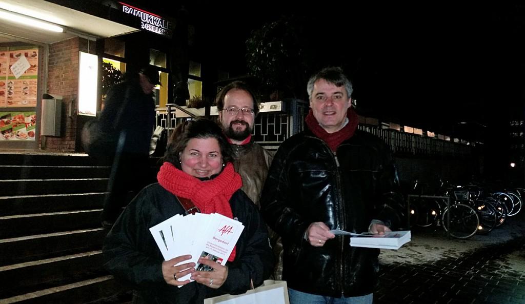 Simone Gündüz, Michael Schütze und Gert Kekstadt auf der Lohbrügger Bahnhofsseite mit den AfA-Flyern